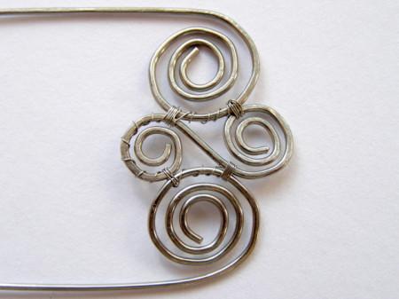 Вязаный браслет из проволоки и бисера