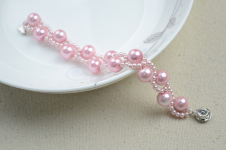 Нежный розовый браслет
