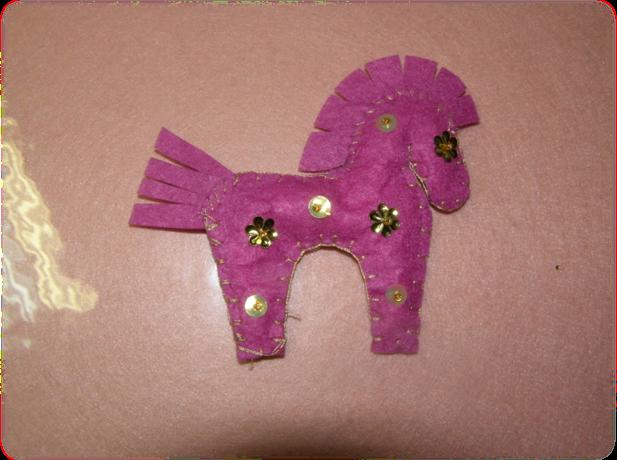Осталось протянуть декоративный жгут и можно повесить на ёлку, подарить как новогодний сувенир или дополнить лошадкой основной большой подарок